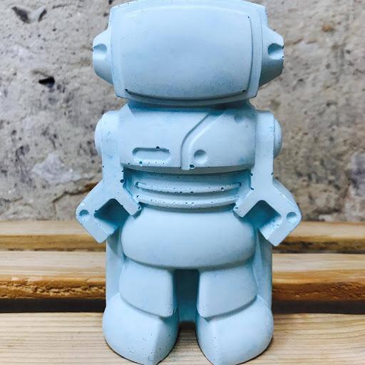 objet déco en béton bleu pastel en forme de robot