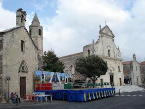 Photo: Ploaghe préparation de la fête devant les 3 églises