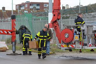Photo: Jan wordt in zijn tuigje gehesen. ⓒ Piet van Gemerden