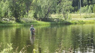 Photo: Rolf fiskar från sanbanken på Övre Svartselet
