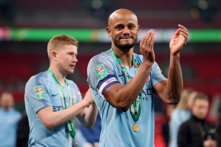 🎥 Kompany's epische viering in Manchester Derby vereeuwigd in straat die naar hem vernoemd wordt