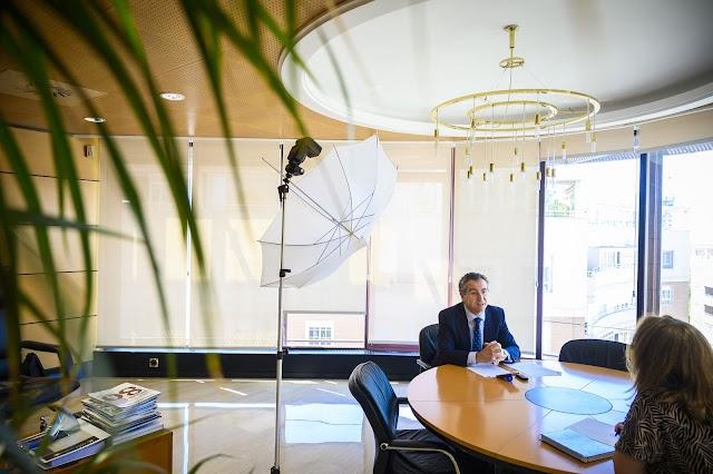 Un momento de la entrevista en el despacho de la presidencia de Cajamar.
