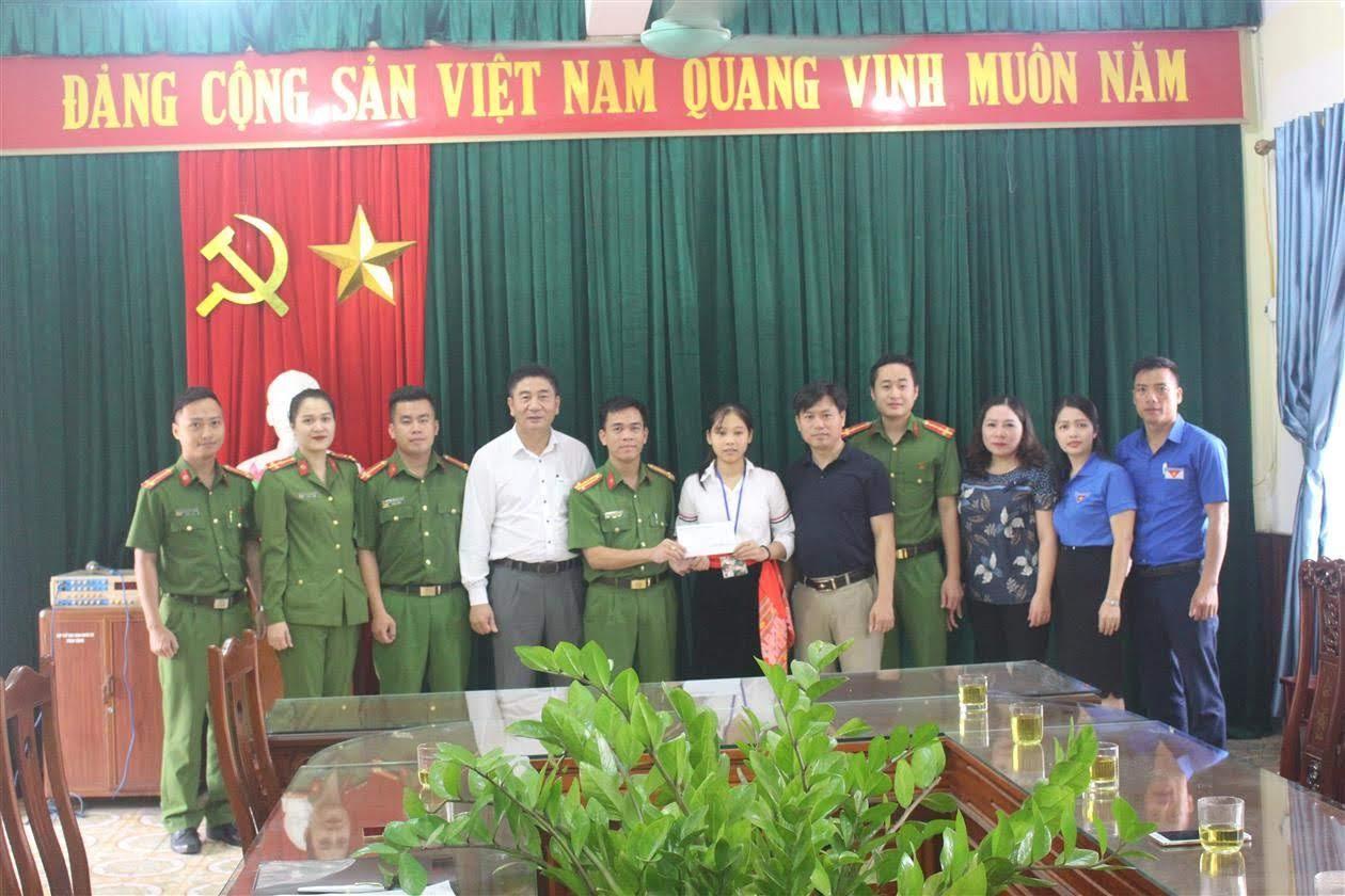 Đoàn cơ sở Phòng Cảnh sát PCCC&CNCH trao quà em Trần Thị Kim Oanh đầu năm học mới 2019 – 2020)
