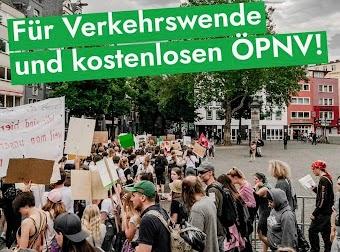 Foto von Schüler*innen-Demo, eingeblendete Schrift: «Für Verkehrswende und kostenlosen ÖPNV!».