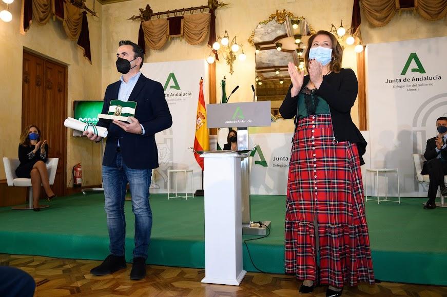 Entrega de la bandera de Andalucía a MAAVi Foundation