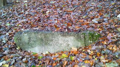 Photo: Zur Ferngasleitung (am Postkopf) gehörender Betonklotz, welcher zunächst als Hinweis auf einen Bunker mißverstanden wurde.