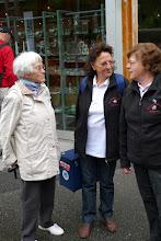 Photo: Frau Hofer im Gespräch mit Cläri und Elisabeth