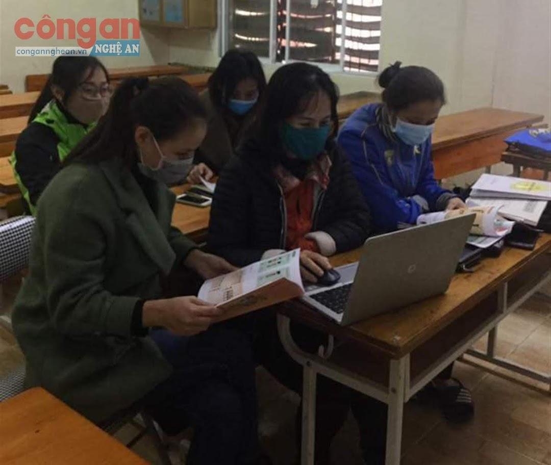 Các giáo viên nghiên cứu, thảo luận về bộ sách giáo khoa lớp 1