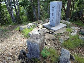 三角点と今西氏1500山記念碑