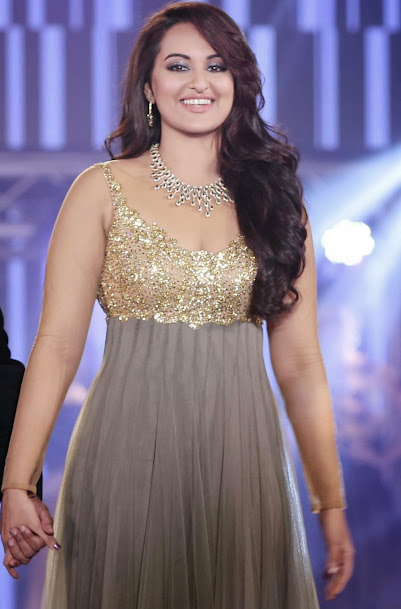 Sonakshi Sinha in gown, Sonakshi Sinha ramp walk, Sonakshi Sinha in fashion show
