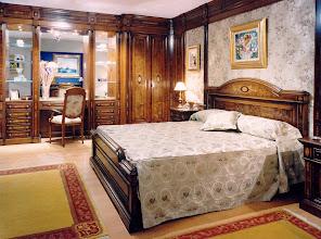 Photo: Schlafzimmer Modell 1004, Nußbaumwurzel mit Intarsien