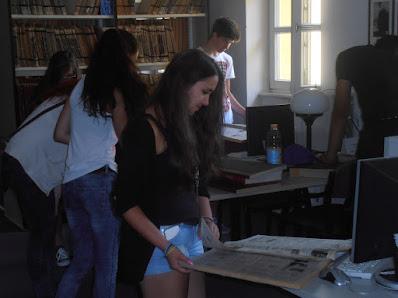 Könyvtárral ismerkedő középiskolások
