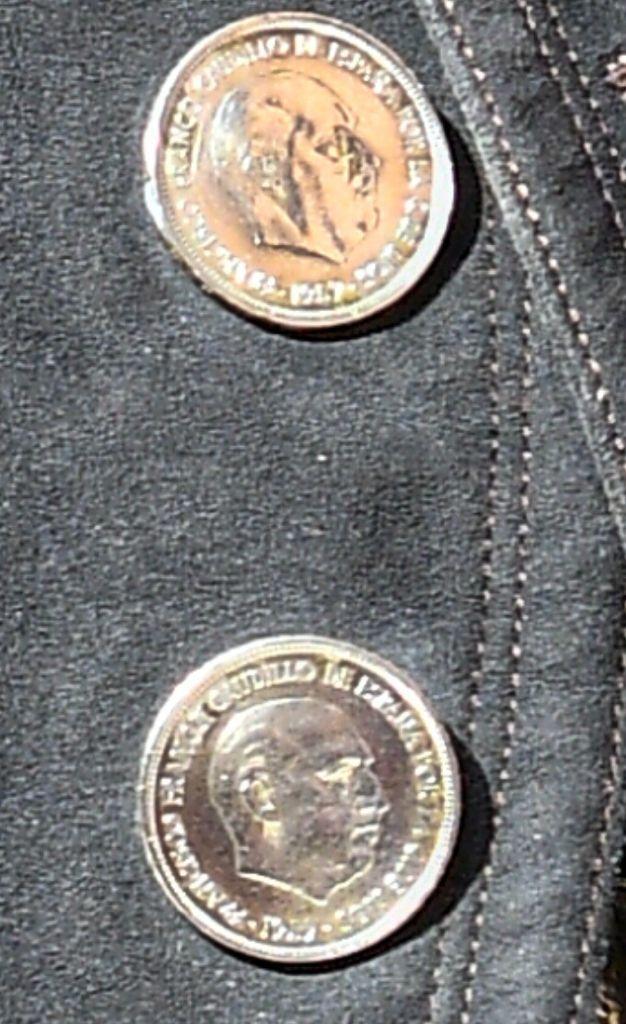 Imagen de las monedas utilizadas como botones. FOTO DEL CENTRO DE ESTUDIOS TAURINOS