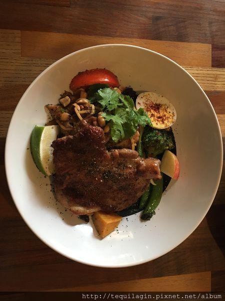8日8,巷子裡工業風餐廳,濃湯沙拉很驚豔,雞腿好好吃~