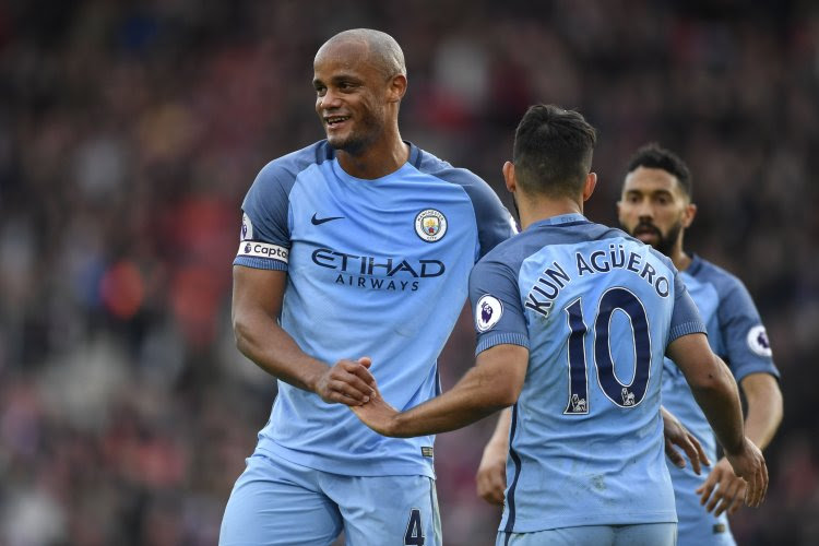 Manchester City eert Kompany en twee andere clubiconen met uniek gebaar