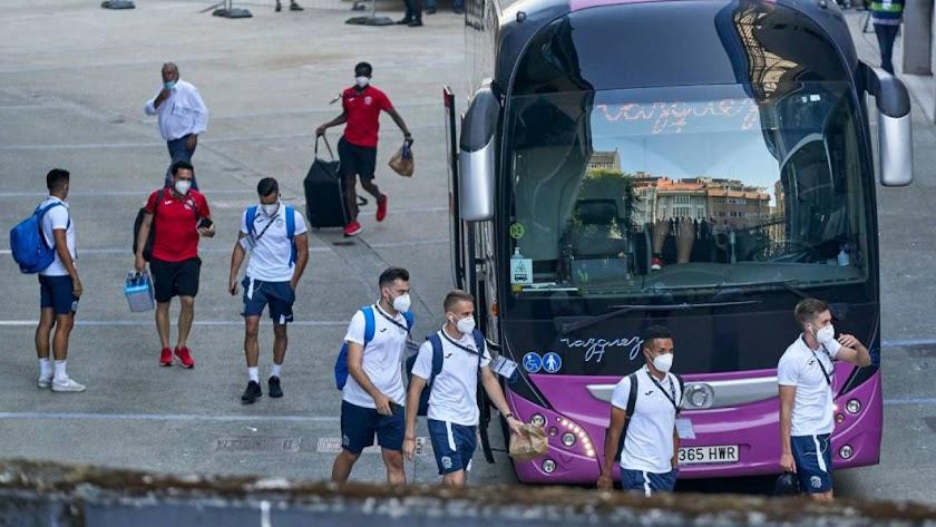 Los jugadores del Fuenlabrada, en su viaje a A Coruña.