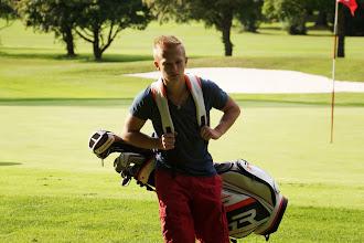 Photo: Konzentriert: Junger Mann, große Tasche. Als Vierer-Clubmeister (mit Vater Roman) hat sich Erik Husz wohl einiges vorgenommen.