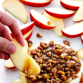 10-Minute Caramel Apple Baked Brie