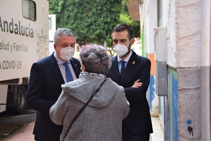 El delegado de Salud y el alcalde resolviendo algunas dudas de los almerienses.