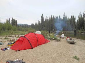 Photo: Camp 1 am Rose:Auch ein kräftig qualmendes Feuer hielt die Mücken nicht ab hier mitzuessen