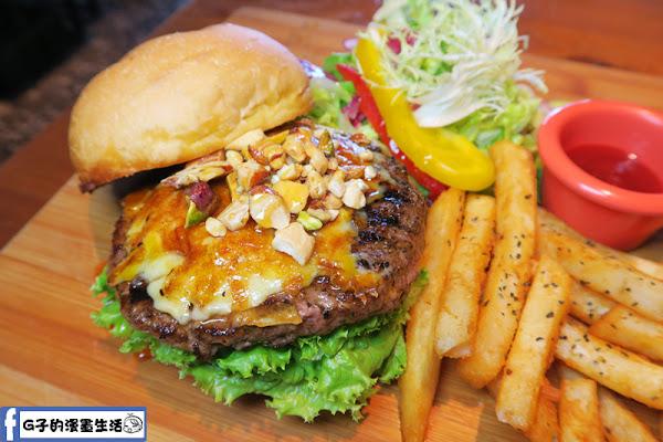 小廚房 kitchenette CAFE板橋大口吃超脆超厚堅果焦糖牛肉漢堡,美式漢堡餐廳/早午餐/咖啡廳/食記