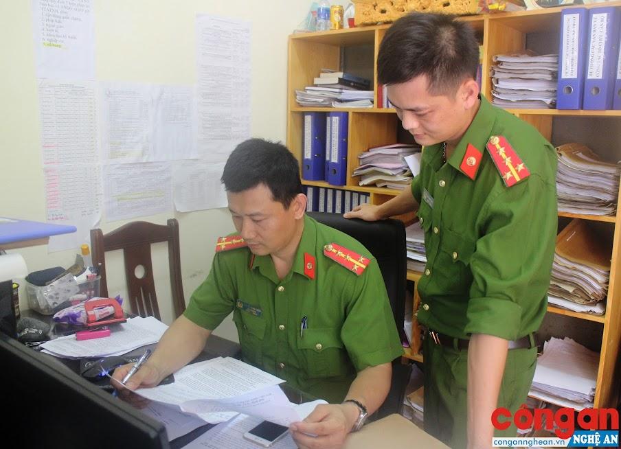 Đại úy Nguyễn Minh Chiến (trái) luôn chủ động tham mưu lãnh đạo Phòng Cảnh sát Cơ động nhiều giải pháp xây dựng Đảng, xây dựng lực lượng