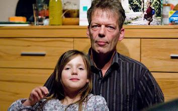 Photo: Mann mit Enkeltochter
