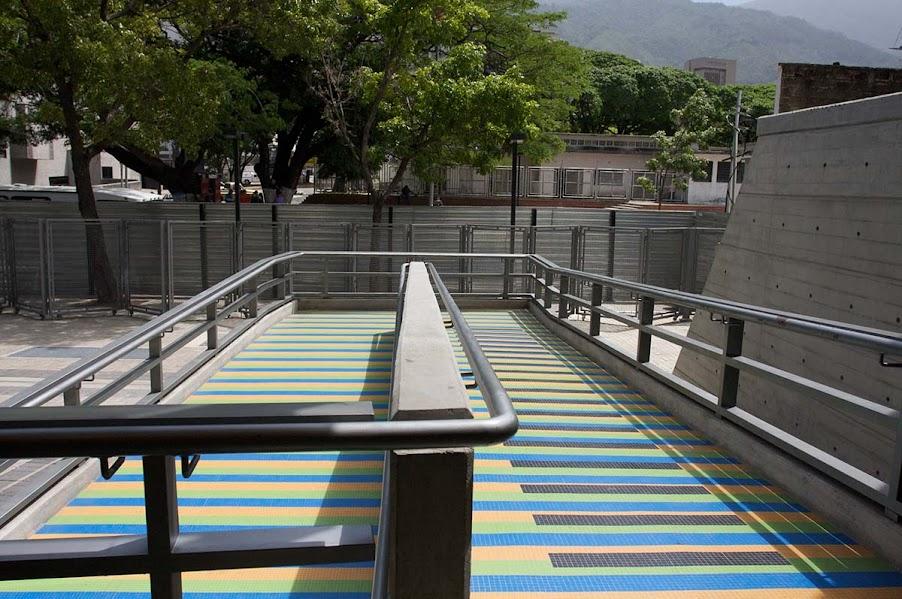 El CNASPM cuenta también con una intervención cromática en los pisos de la entrada diseñado por maestro Carlos Cruz-Diez.