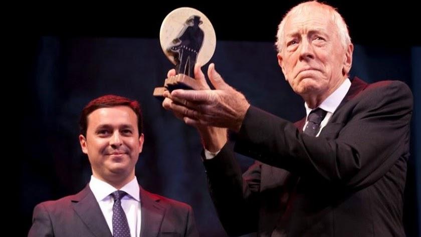 Max von Sydow, con su premio Almería, Tierra de Cine en 2003, que recibió de manos de Javier A. García, entonces vicepresidente de la Diputación.