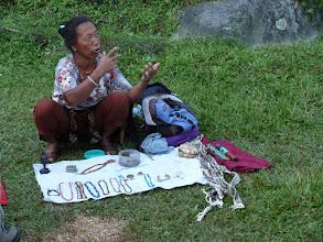 Photo: 's Morgens komen er op onze eerste kampplaats in Bhulbhule enkele verkoopsters van prularia langs.