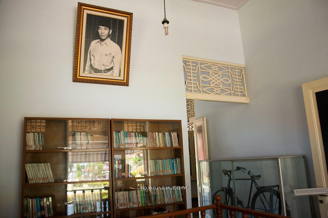 Koleksi buku dan sepeda peninggalan Bung Karno.