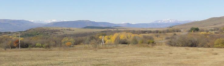 Photo: Ośnieżone góry w tle to Pasmo Abul-Samsarskie (odległość ok. 65 km). Tylko wyniosły grzbiet po prawej to część Grzbietu Trialeckiego ze szczytem Ardzhevani - 2759 m. n.p.m. (odległość ok. 40 km).