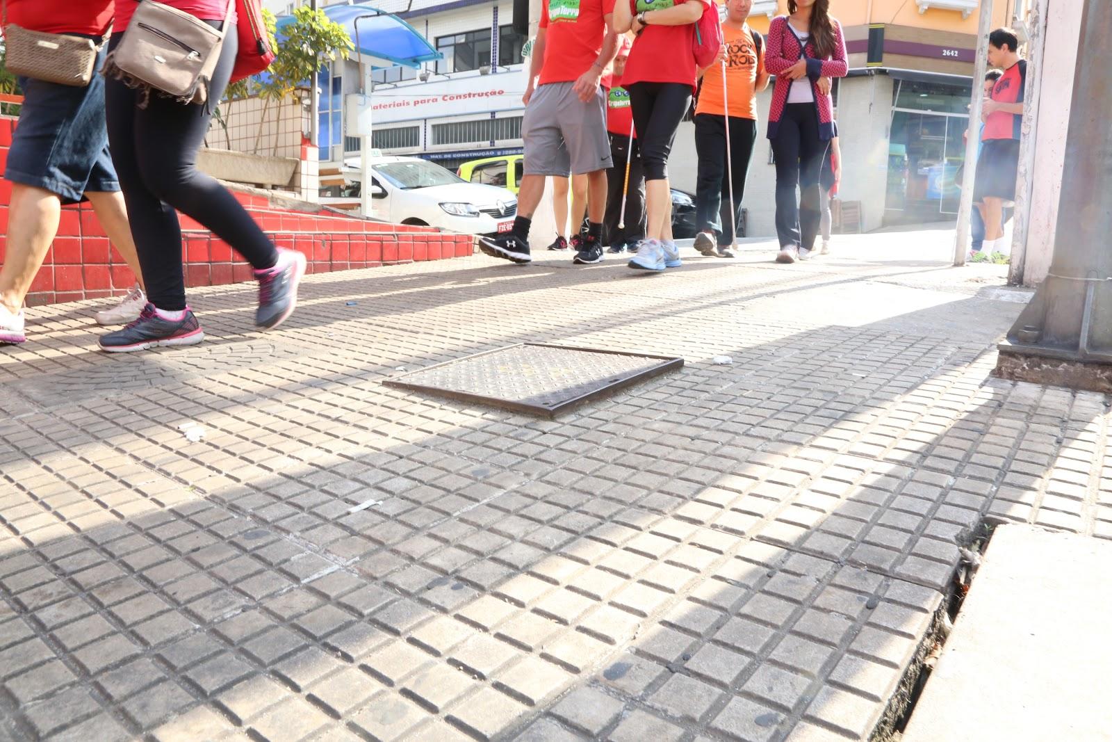 Obstáculos na calçada dificultam o acesso de pedestres e podem causar acidentes. (Fonte: Calçada Cilada)