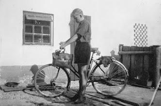 """Photo: Franz mit Fahrrad im Hof vom """"Maierhaus"""""""