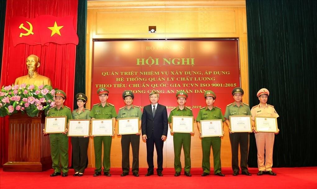 Đại tá Hồ Văn Tứ, Phó Giám đốc Công an tỉnh (đứng thứ 4 từ trái sang) nhận Bằng khen của Bộ trưởng Bộ Khoa học và Công nghệ cho Công an tỉnh Nghệ An.