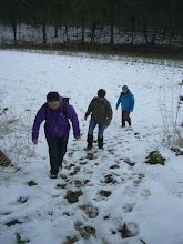 Photo: Nadine mène la rando, suivie de Danielle et Brigitte.