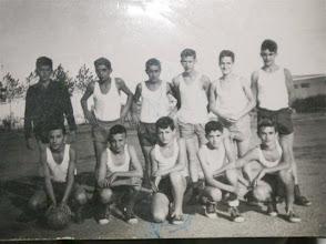 Photo: La foto es de la Selección de la escuela menor del curso 1963-64.  De pie: Enrique Muñiz, Calvo, Graña, Urbano, Iturgáiz, Oscarín Agachados: Robles, Carnicero, Marcelino Iglesias, Huerta, Cuervas Mons.