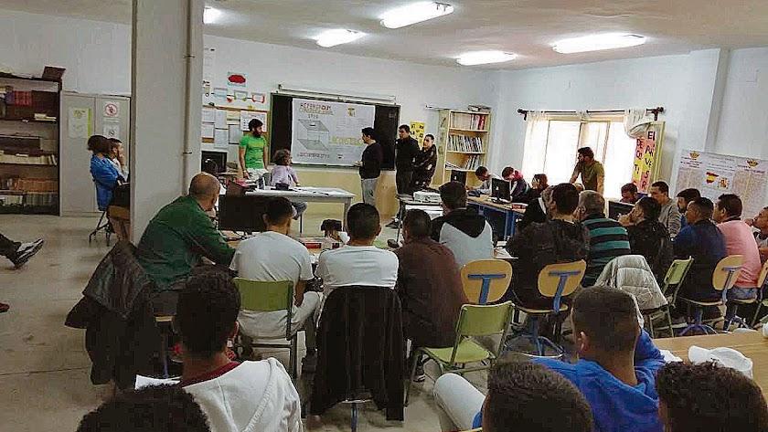 Una de las clases en el interior de la prisión provincial de El Acebuche.