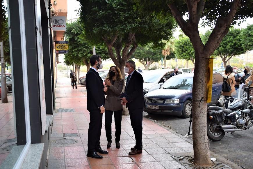 La delegada del Gobierno andaluz y el alcalde junto al delegado de Salud mantienen una conversación antes de su visita a la unidad móvil.