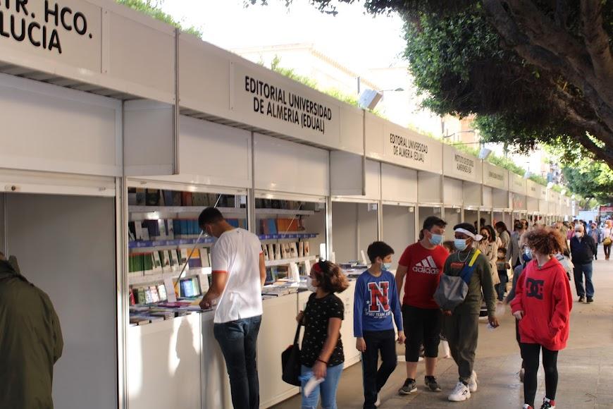 Lectores almerienses visitando la Feria del Libro.