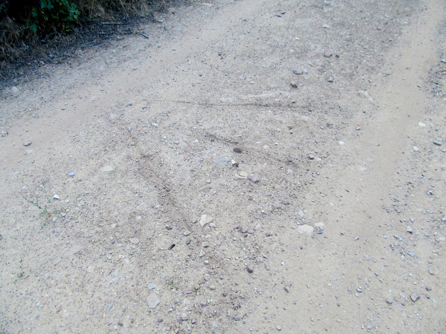 Arrow in the road pointing to a rock art site