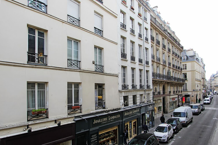Building -  Studio Apartment on Rue Du Temple