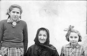 Photo: Beke Hermina és Irén nagyanyjukkal-nyanyával, Nagy Lajosné Pálffy Vilmával