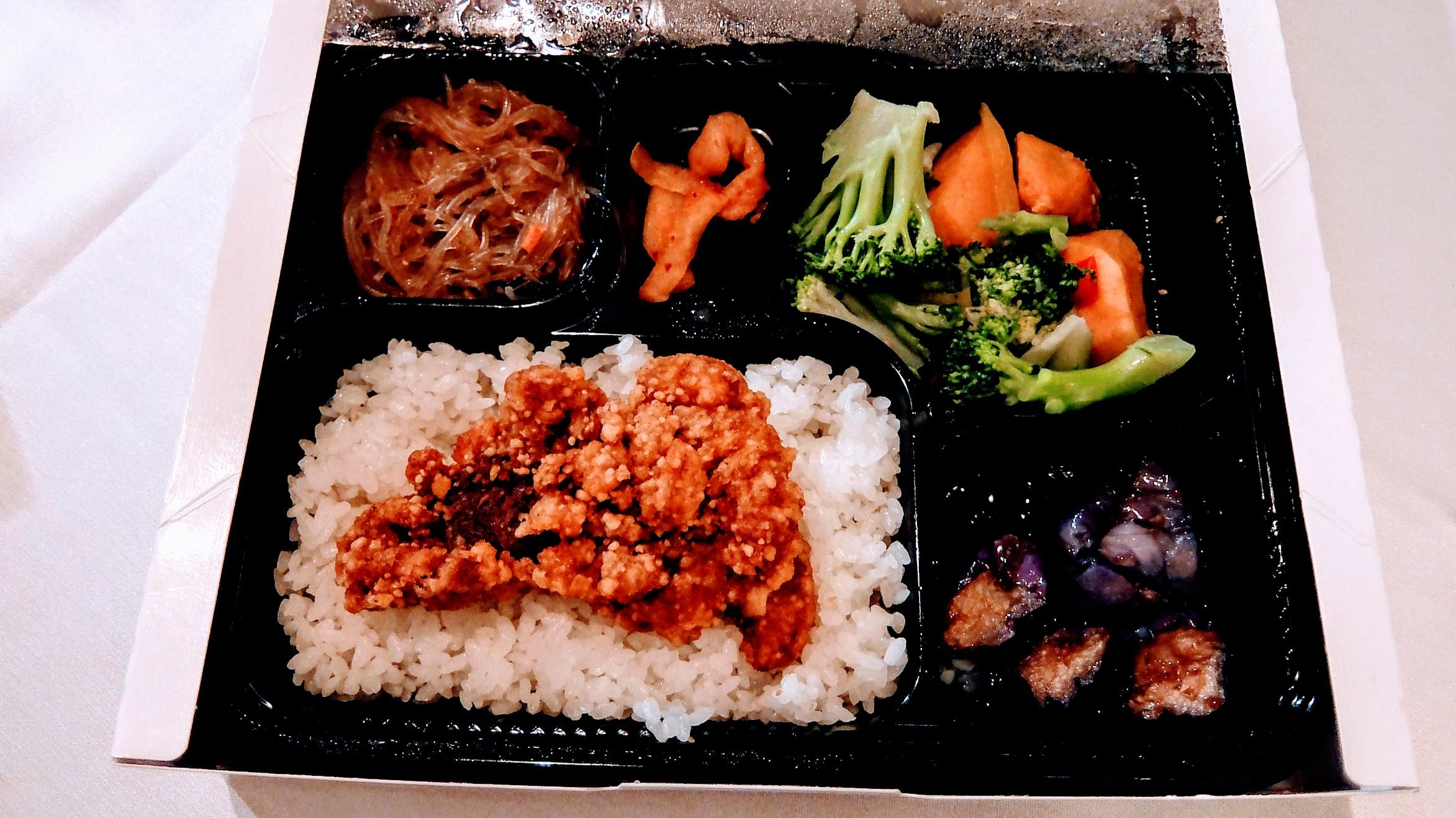 天成飯店給的午餐,有炸雞排/冬粉/花椰菜/地瓜/茄子/辣蘿蔔等,餐點...真的有待改善XD