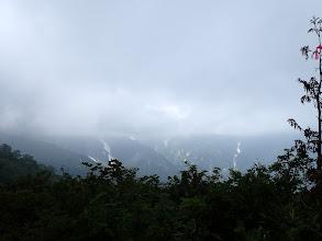 上空は雲に覆われ
