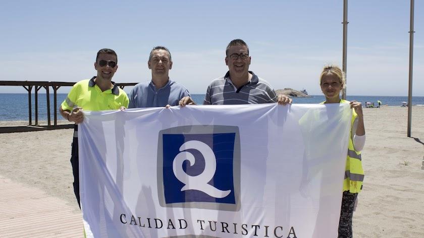 Una de las banderas a la calidad turística que ondean en Carboneras.