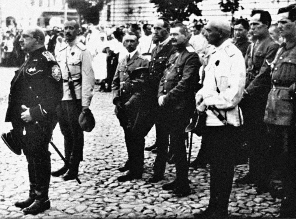 Військова церемонія на Софійській площі. Крайній зліва - командувач Добровольчої армії генерал Май-Маєвський, другий зліва - генерал Бредов. Вересень 1919-го