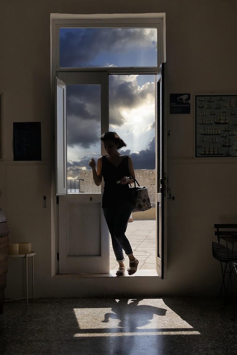La ragazza sulla porta di Dongi