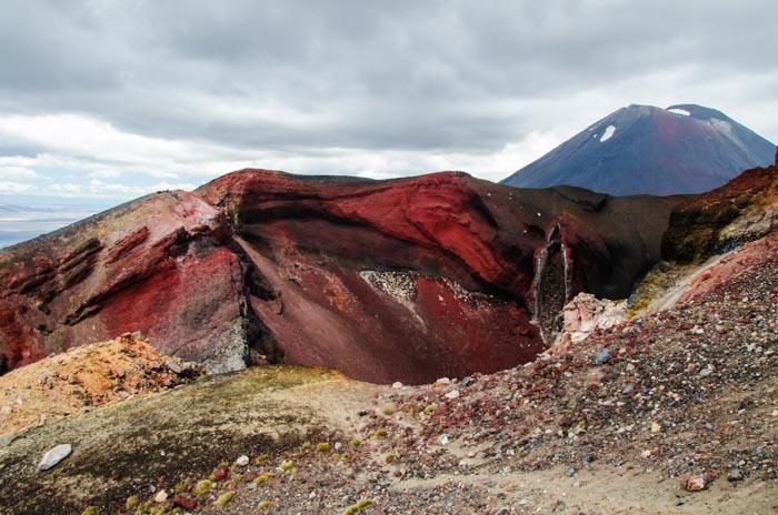 Červený kráter, v pozadí Mt. Doom (Ngauruhoe) - jedna z hlavních dominant národního parku Tongariro.