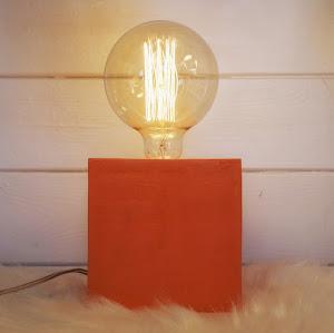 lampe béton design avec béton ciré de couleur orange fait-main par la créatrice junny